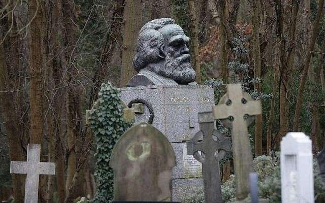 La tumba de Karl Marx se ve en el cementerio de Highgate en Londres el 5 de febrero de 2019. (Tolga Akmen / AFP)