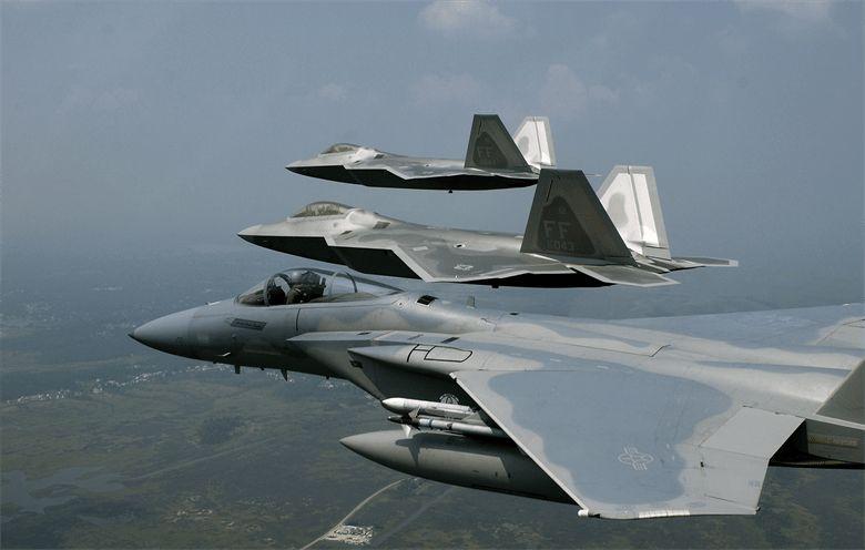 Los F-22 Raptors vuelan en formación con un F-15 Eagle (USAF)