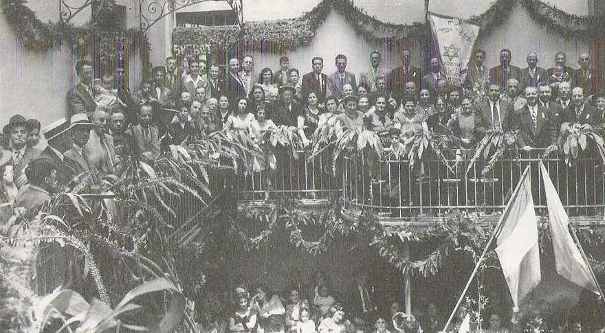 La comunidad de Maguen David, de Alepo, celebra en la sinagoga de la calle Córdoba de Roma, 1945. ('Los judíos de Alepo en México' de Liz Hamui / vía JTA)