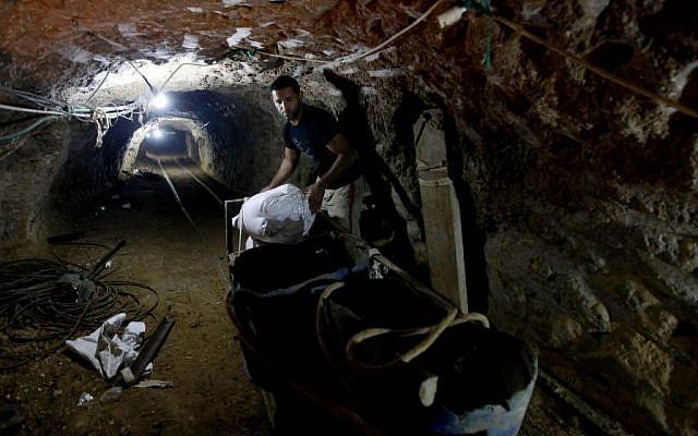 Un palestino en un túnel de contrabando que conecta Gaza y Egipto (crédito de foto: Hatem Moussa / AP)