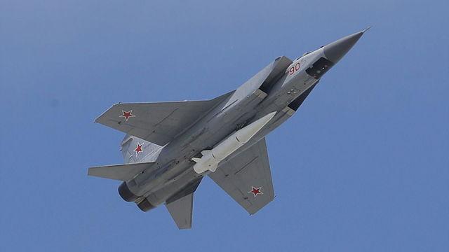 Otro misil hipersónico ruso en desarrollo, el Kinzhal, bajo el fuselaje de un Mig-31