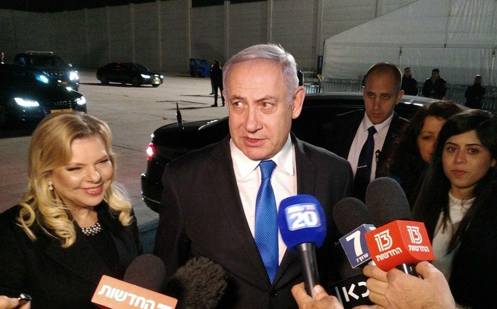 El primer ministro Benjamin Netanyahu habla con los periodistas en el aeropuerto Ben Gurion antes de su partida a una conferencia en Polonia, el 11 de febrero de 2019. (Raphael Ahren / Times of Israel)