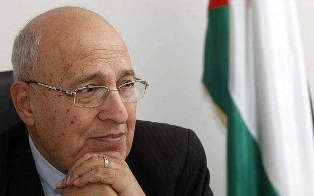 Nabil Shaath, el comisionado de relaciones externas del movimiento Fatah, visto en su oficina en la ciudad de Ramallah en Cisjordania, 18 de enero de 2012 (crédito de foto: Miriam Alster / Flash 90)