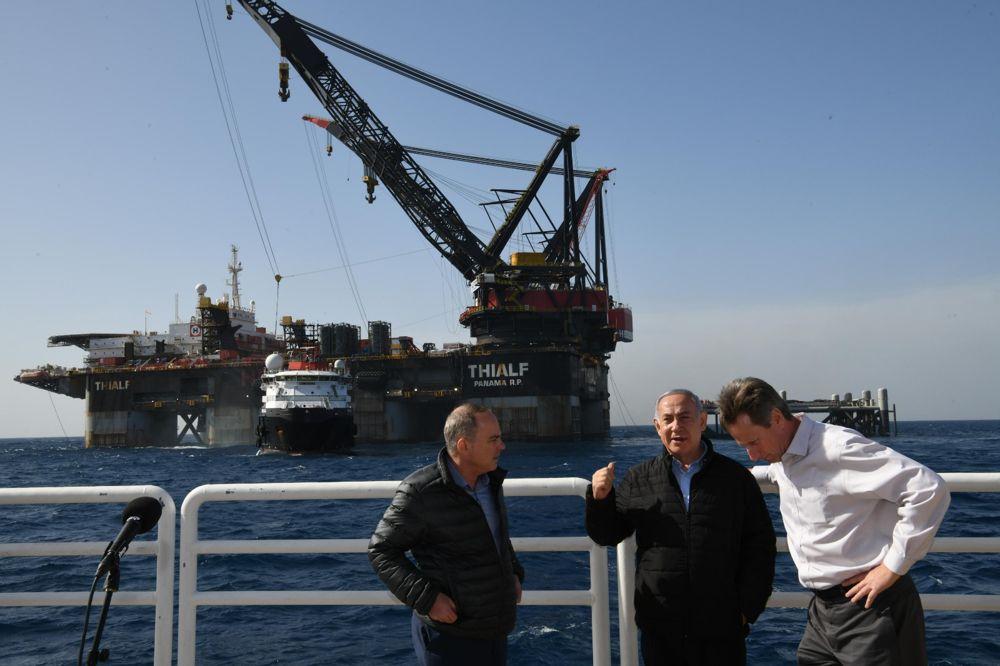 El primer ministro Benjamin Netanyahu, centro, y el ministro de Energía, Yuval Steinitz, a la izquierda, visitan la plataforma de gas natural Leviathan en la costa israelí el 31 de enero de 2019. (Amos Ben-Gershom / GPO)