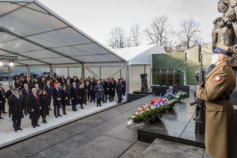 El primer ministro israelí, Benjamin Netanyahu, su esposa Sara, el primer ministro de Polonia, Mateusz Morawiecki, su esposa Iwona y el vicepresidente de los EE. UU., Mike Pence, y su esposa Karen, aparecen en una ceremonia de ofrenda floral en el Ghetto Heroes Monument en Varsovia, Polonia, el 14 de febrero de 2019. (Wojtek Radwanski / AFP)