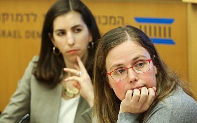 La jefa de Política y Comunicaciones de Facebook Jordana Cutler (izquierda) y la investigadora del Instituto Israelí de la Democracia Tehilla Shwartz Altshuler en el programa Democracia en la Era de la Información de la IDI, 18 de enero de 2018. (Oded Antman)