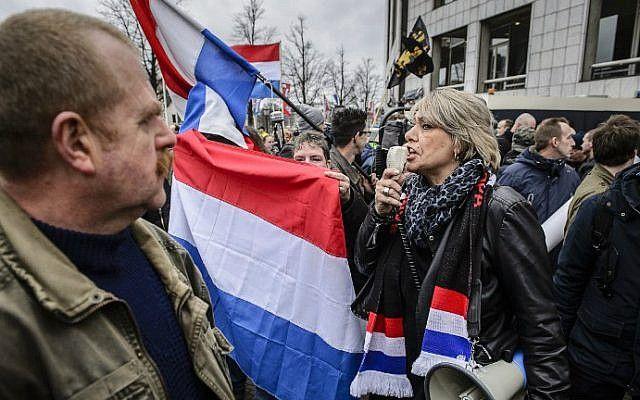 Los manifestantes ondean banderas nacionales de los Países Bajos como miembros de la protesta de Pegida (europeos patrióticos contra la islamización del Occidente) en el centro de Ámsterdam el 6 de febrero de 2016. (Remko De Waal / ANP / AFP)