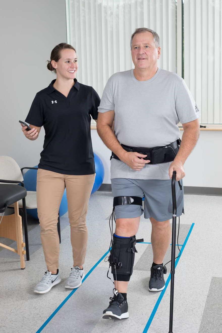 ReWalk Robotics Ltd. dice que espera comenzar las ventas de su traje blando ReStore, para ayudar a las personas con discapacidades en las extremidades inferiores debido a un derrame cerebral, en Europa y EE. UU. En 2019 (Cortesía)