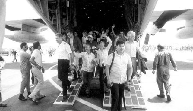 Los rehenes liberados de Entebbe vuelven a casa, 4 de julio de 1976. (Archivos de las FDI)