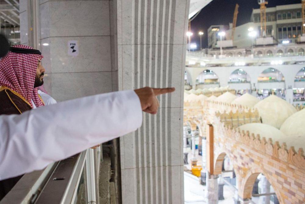 El príncipe heredero Mohammad bin Salman de Arabia Saudita durante una visita al santuario de Kaaba en la Gran Mezquita de La Meca, el 12 de febrero de 2019. (Captura de pantalla de Twitter)
