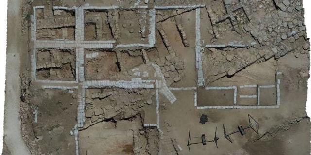 Vista aérea de excavaciones arqueológicas. (Cortesía del Dr. Scott Stripling)