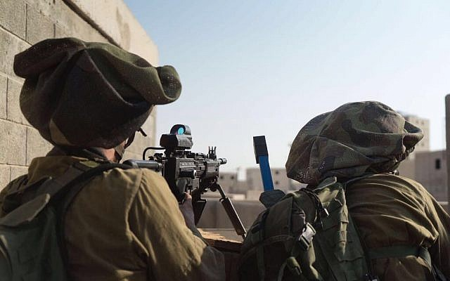 Soldados de las FDI y de la Guardia Nacional de Chipre participan en un ejercicio conjunto en la base de entrenamiento Tzeelim del ejército israelí en el sur de Israel el 25 de octubre de 2017. (Fuerzas de Defensa de Israel)