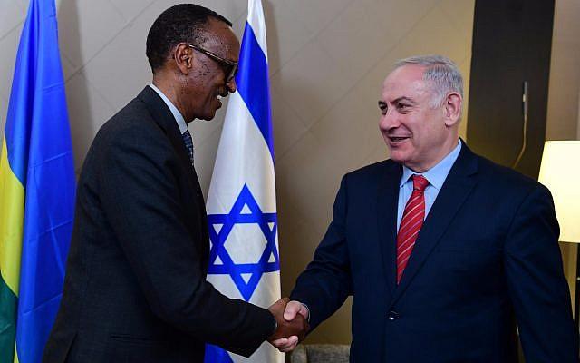 El primer ministro Benjamin Netanyahu (R) se reúne con el presidente de Ruanda, Paul Kagame, en el Foro Económico Mundial en Davos, Suiza, el 24 de enero de 2018. (GPO)