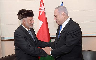 El primer ministro Benjamin Netanyahu (derecha) saluda al ministro de Relaciones Exteriores de Omán, Yusuf bin Alawi bin Abdullah, al margen de una conferencia regional sobre el Medio Oriente en Varsovia, el 13 de febrero de 2018 (Amos Ben Gershom / GPO)