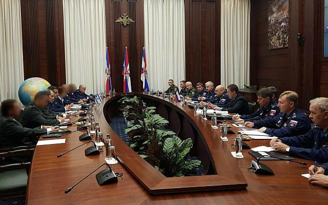 Una delegación militar israelí se reúne con funcionarios rusos en Moscú el 20 de septiembre de 2018. (Fuerzas de Defensa de Israel)