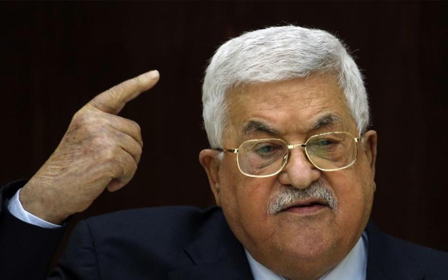 El presidente de la Autoridad Palestina, Mahmoud Abbas, habla durante una reunión con líderes palestinos en la sede de la Autoridad Palestina en Muqata, en la ciudad de Ramallah, en la Ribera Occidental, el 20 de febrero de 2019. (Abbas Momani / AFP)