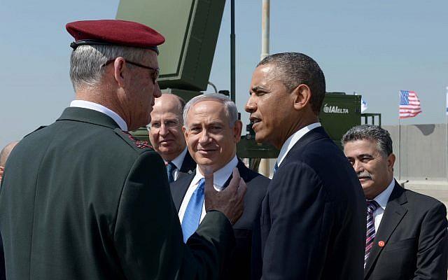 El primer ministro Benjamin Netanyahu, centro, con el entonces presidente de los Estados Unidos, Barack Obama, a la derecha, y el entonces jefe de personal de las FDI, el teniente general Benny Gantz, a la izquierda, en el contexto de una batería anti-cohetes Iron Dome, 20 de marzo de 2013. (Avi Ohayon / GPO / Flash90)