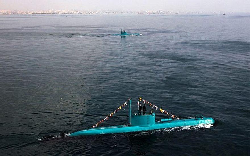 Los recién lanzados submarinos Ghadir de Irán se mueven en el puerto sur de Bandar Abbas en el Golfo Pérsico, Irán, miércoles 28 de noviembre de 2012. Los submarinos de la clase Ghadir pueden disparar misiles y torpedos al mismo tiempo, y pueden operar en las aguas poco profundas del Golfo Pérsico. (AP Photo / Fars News Agency, Ebrahim Norouzi)