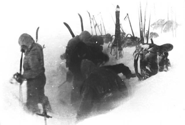 Última foto conocida de los nueve estudiantes vivos, tomada en el campamento en Kholat Syakhl. (Archivo Nacional de Rusia)