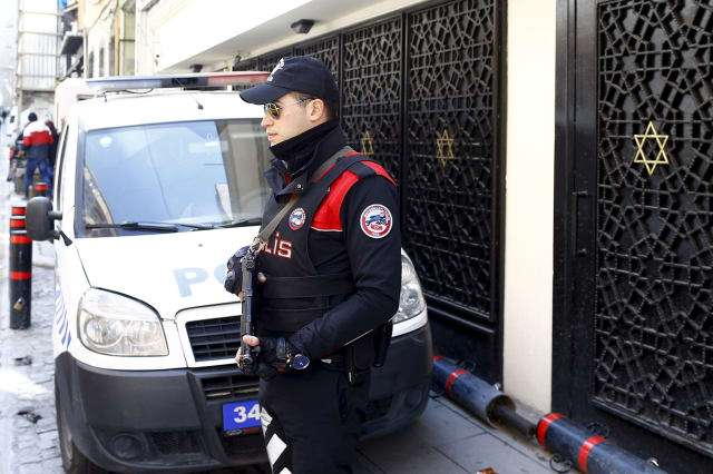 Un oficial de policía turcomontaguardia frente a la Sinagoga Neve Shalom en Estambul, Turquía, el 29 de marzo de 2016.Osman Orsal, Reuters