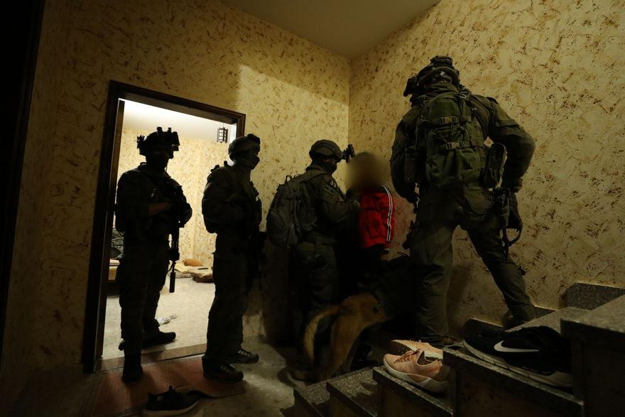 Las fuerzas de seguridad israelíes arrestan a un palestino en Ramallah sospechoso del asesinato del adolescente israelí Ori Ansbacher el 8 de febrero de 2019. (Policía de Israel)