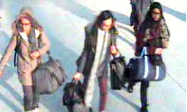 Las tres colegialas (de derecha a derecha): Amira Abase, 15, Kadiza Sultana, 16, y Shamima Begum, 15, en el aeropuerto de Gatwick en febrero de 2015. Fotografía: Metropolitan Police / PA