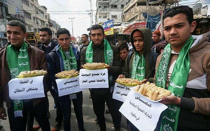Árabes de Gaza distribuyen dulces en la ciudad de Rafah en la Franja el 17 de marzo de 2019, luego del ataque terrorista en el que un palestino asesinó al menos a dos personas cerca de Ariel, en Cisjordania.(Abed Rahim Khatib / Flash 90)