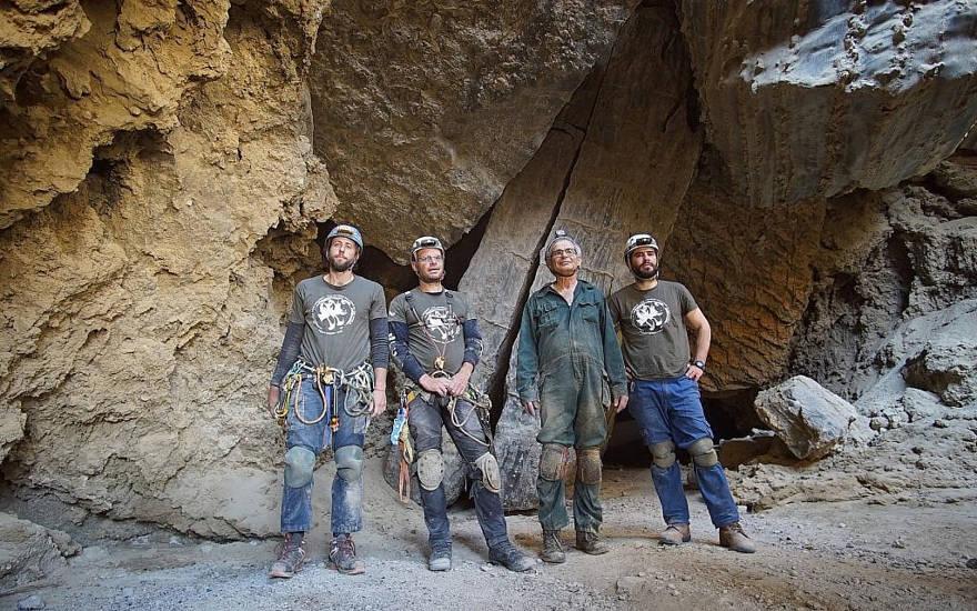 Los exploradores principales de Malcham Cave de izquierda a derecha, Efi Cohen, Yoav Negev, el profesor Amos Frumkin y Boaz Langford afuera de la entrada principal de la cueva el 22 de marzo de 2019, cerca del Mar Muerto. (Cortesía Anton Chikishev / Hebreo Unviersity)