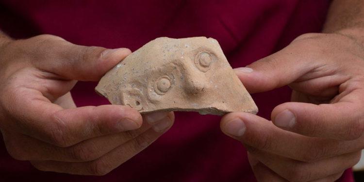 Este fragmento de un Bes-Vessel del período Persa (4to. Y 5to aC) fue descubierto en un gran pozo de desechos en la excavación del estacionamiento de Givati en la ciudad de David, en Jerusalén. (Eliyahu Yanai, Ciudad de David)