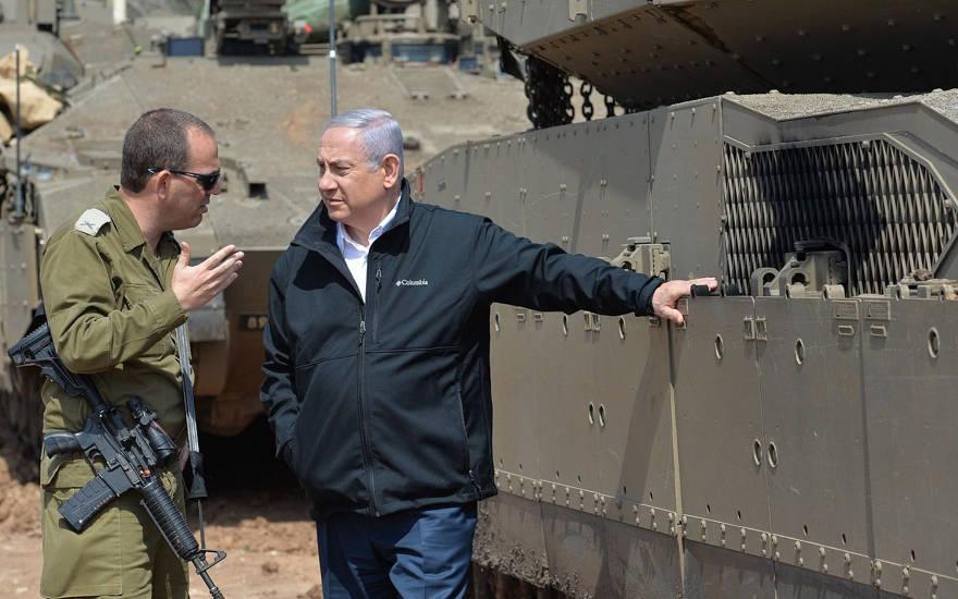 El primer ministro Benjamin Netanyahu, a la derecha, habla con un oficial de las FDI cerca de la frontera con la Franja de Gaza el 28 de marzo de 2019. (Kobi Gideon / GPO)