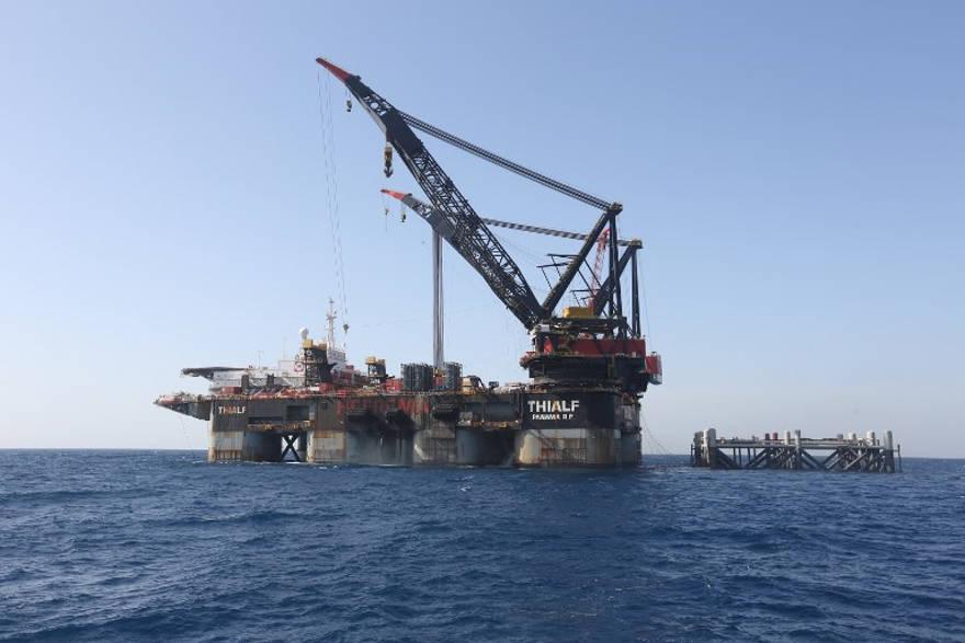 Esta fotografía tomada el 31 de enero de 2019 muestra una vista de la grúa SSCV Thialf después de colocar la plataforma de fundación recién llegada para el campo de gas natural Leviathan en el Mar Mediterráneo, a unos 130 kilómetros (81 millas) al oeste de la ciudad costera israelí de Haifa. (Marc Israel Sellem / Pool / AFP)