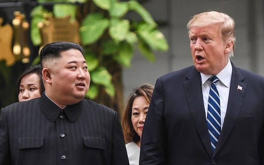 El presidente de los Estados Unidos, Donald Trump (R), camina con el líder de Corea del Norte, Kim Jong Un, durante un receso en las conversaciones en la segunda cumbre de Estados Unidos y Corea del Norte en el hotel Sofitel Legend Metropole en Hanoi, Vietnam, el 28 de febrero de 2019. (Saul Loeb / AFP )