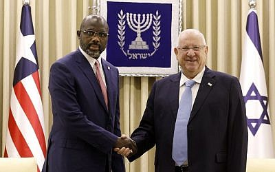 El presidente Reuven Rivlin (R) se reúne con su homólogo liberiano, George Weah, en la residencia del presidente en Jerusalén el 28 de febrero de 2019. (Gali Tibbon / AFP)