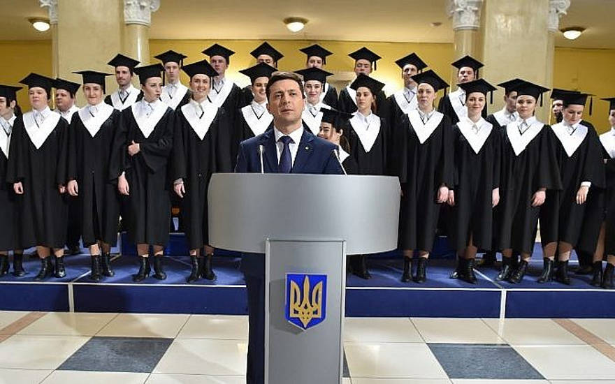 El actor cómico, showman y candidato presidencial ucraniano Volodymyr Zelensky participa en el rodaje de la serie de televisión 'Servant of the People', donde interpreta el papel de Presidente de Ucrania, en Kiev, el 6 de marzo de 2019. (Sergei SUPINSKY / AFP)