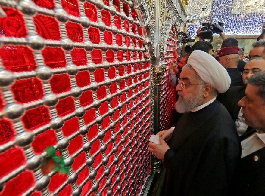El presidente iraní, Hassan Rouhani, rinde homenaje frente a la tumba del santuario Imam Ali en la ciudad santa iraquí de Najaf el 13 de marzo de 2019. (Haidar HAMDANI / AFP)