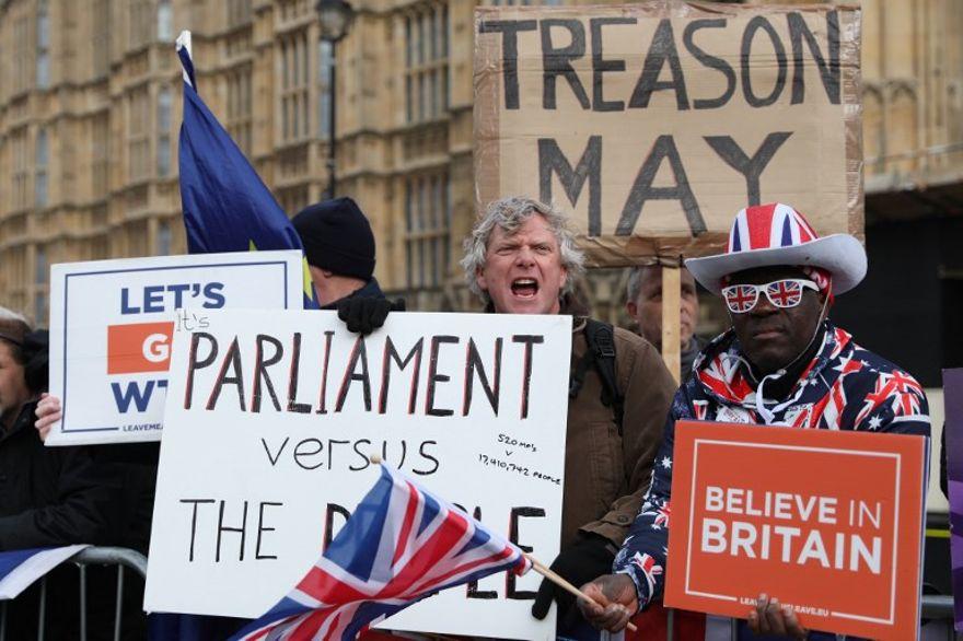 Los manifestantes llevan pancartas y gritan consignas cuando se reúnen cerca de las Casas del Parlamento en Londres el 13 de marzo de 2019 (ISABEL INFANTES / AFP)