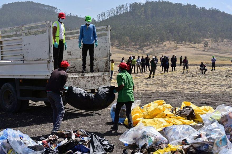 Los escombros se cargan en un camión en el lugar del accidente del avión Boeing 737 MAX operado por Ethiopian Airlines, en la aldea de Hama Quntushele en la región de Oromia, el 13 de marzo de 2019. (TONY KARUMBA / AFP)