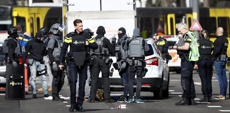 Las fuerzas policiales cerca de un tranvía en el 24 de octubre de Utrecht, el 18 de marzo de 2019, donde tuvo lugar un tiroteo. (Robin van Lonkhuijsen / ANP / AFP) / Holanda FUERA)