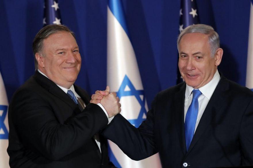 El primer ministro israelí, Benjamin Netanyahu (R), recibe al secretario de Estado de los EE. UU., Mike Pompeo, en su residencia en Jerusalén el 21 de marzo de 2019. (Foto de JIM YOUNG / POOL / AFP)