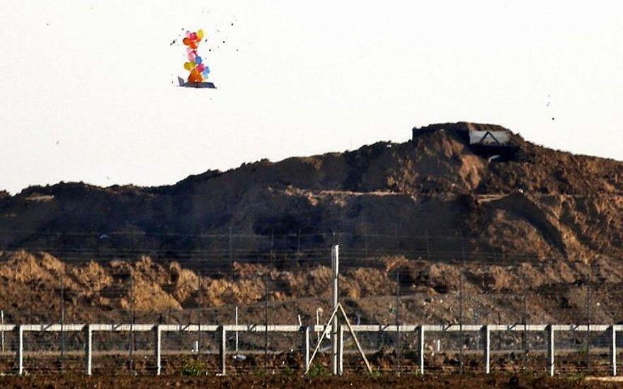 Esta fotografía del 22 de marzo de 2019 muestra globos que transportan un objeto en forma de avión no tripulado que vuela sobre la frontera con Israel al este de la ciudad de Gaza, después de que fue lanzado por palestinos durante los enfrentamientos a lo largo de la valla de seguridad. (Dijo Khatib / AFP)