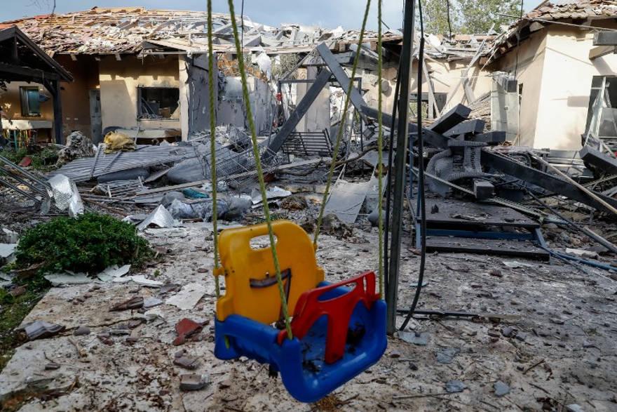 Una casa dañada después de ser golpeada por un cohete en el pueblo de Mishmeret, al norte de Tel Aviv, el 25 de marzo de 2019. (Jack GUEZ / AFP)