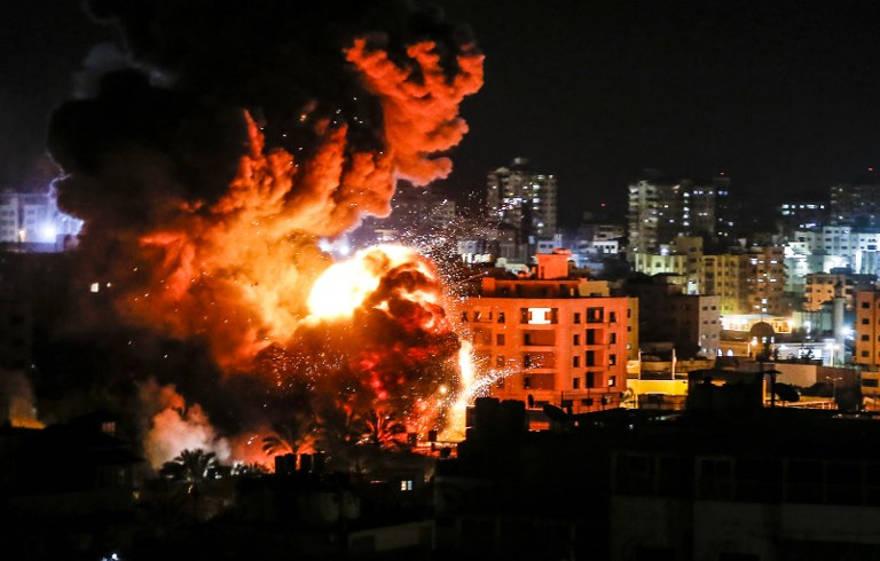 Una bola de fuego grita sobre edificios en la ciudad de Gaza durante los ataques israelíes el 25 de marzo de 2019. (Mahmud Hams / AFP)