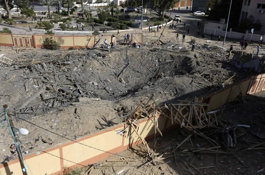 Una fotografía tomada el 26 de marzo de 2019, muestra la oficina destruida del líder de Hamas, Ismail Haniyeh, en la ciudad de Gaza, que fue atacada la noche anterior por un ataque aéreo israelí. (Mahmud Hams / AFP)