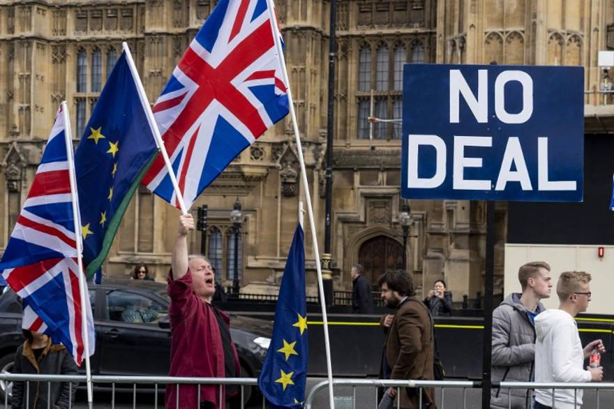 Activistas anti-Brexit exhiben las banderas de la Unión y de la UE mientras se manifiestan frente a las Casas del Parlamento en Westminster, Londres, el 28 de marzo de 2019. (Niklas Halle'n / AFP)