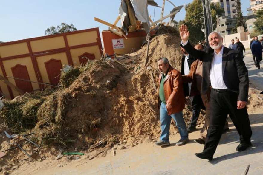 El jefe de Hamas, Ismail Haniyeh, visita su oficina que fue objeto de un ataque aéreo israelí, en la ciudad de Gaza, el 27 de marzo de 2019 \ FOLLETO / REUTERS