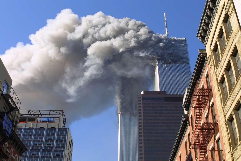 En esta foto de archivo del 11 de septiembre de 2001, las torres gemelas del World Trade Center se incendian luego de que aviones secuestrados chocaron contra ellas en Nueva York como parte de un complot del líder de al-Qaeda, Osama bin Laden.(Foto AP / Diane Bondareff, Archivo)