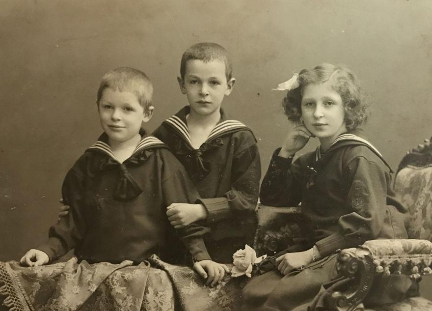 Charlotte Nomburg con sus hermanos, 1908.