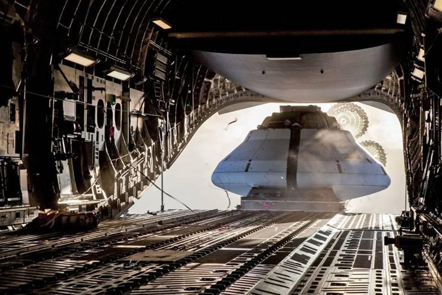 Una maqueta de una nave espacial Orion se lanzó desde un C-17 Globemaster III el 13 de diciembre de 2018, sobre el campo de pruebas de Yuma en Arizona para probar los paracaídas de la plataforma. (USAF)