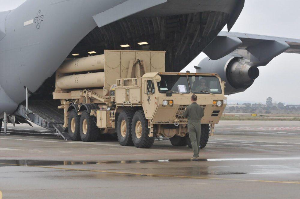 El sistema de intercepción móvil de misiles balísticos THAAD siendo cargado por la Fuerza Aérea de los EE. UU. Crédito: Ejército de EE.UU.