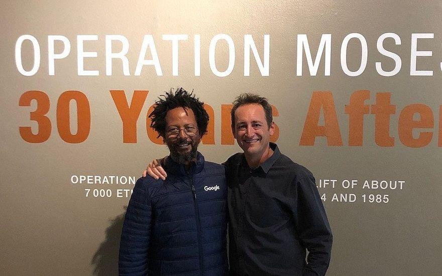 Danny Abebe, a la izquierda, y Gavin Morris, director del Museo Judío de Sudáfrica, en la inauguración de la exposición Operación Moisés. (Beth Hatfutsot / via JTA)
